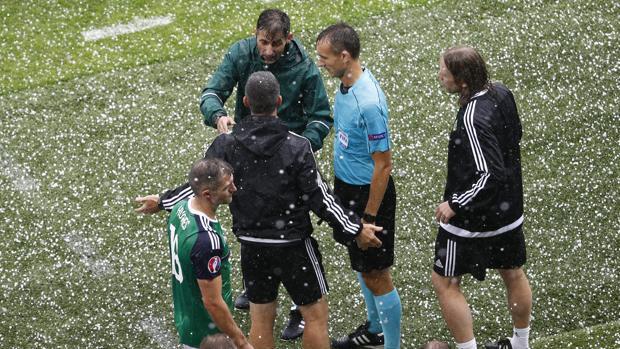 Los árbitros del partido mandaron a los equipos a los vestuarios