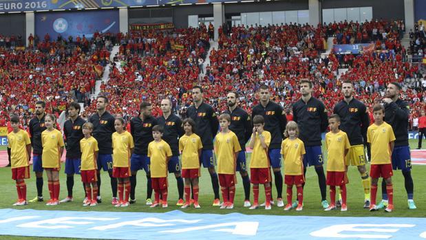 Los jugadores de la Selección escuchan el himno escoltados por una expedición muy especial