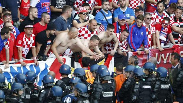 Ultras croatas en los incidentes durante el partido con al República Checa