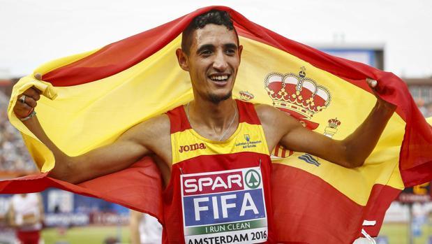 Ilias Fifa, con la bandera de España, tras conquistar el oro en el Europeo de Amsterdam