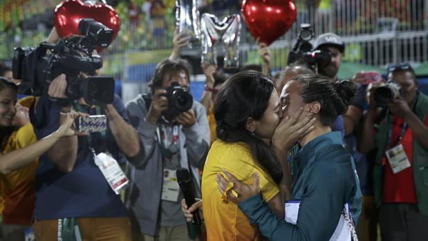 La jugadora Isadora Cerullo besándose con su pareja tras la propuesta de matrimonio