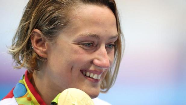 Mireia Belmonte posa con su medalla de oro