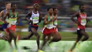Mo Farah gana el oro de 10.000 después de caerse