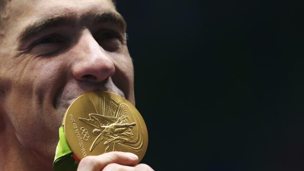 Michael Phelps besa su última medalla olímpica