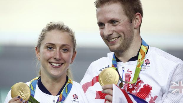 Laura Trott y Jason Kenny sostienen sus medallas de oro ayer martes