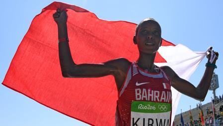 Eunice Jepkirui Kirwa celebra la medalla de plata en en el maratón femenino