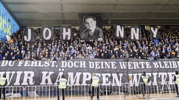 Pancarta en recuerdo a Jonathan Heimes que la afición del Darmstadt desplegó el pasado marzo