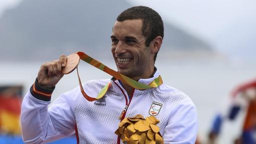 Jairo Ruiz, con su medalla de bronce conquistada en triatlón