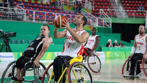 Pablo Zarzuela se prepara para lanzar a canasta durante los Juegos de Río 2016