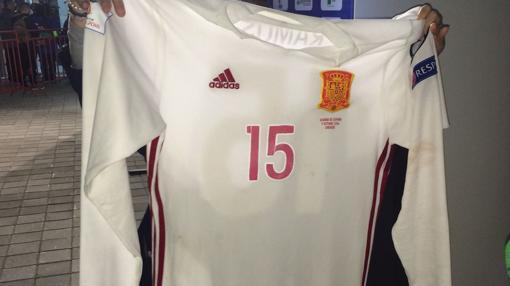 La camiseta de Ramos, sin los colores de la bandera en las mangas