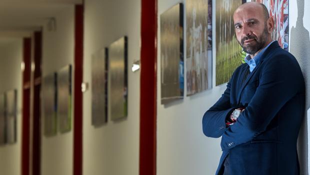 Monchi, posando en las oficinas del Sánchez Pizjuán tras su entrevista con ABC