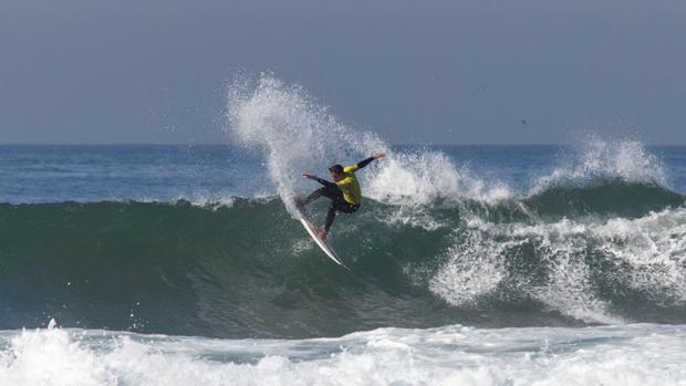 España mantiene a todos sus surfistas en competición