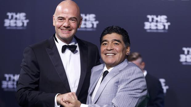 Maradona, con Infantino, presidente de la FIFA