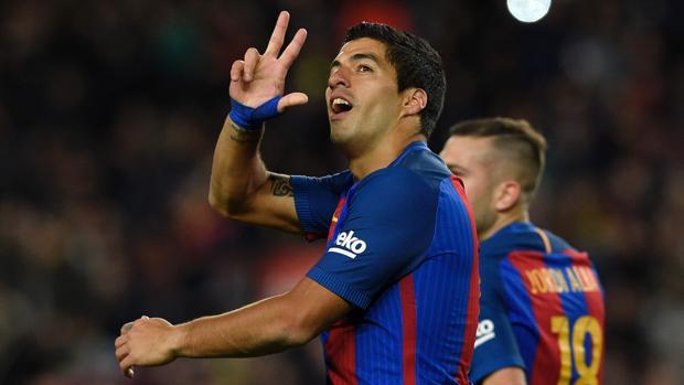 Luis Suárez celebra su gol cien con el Barça