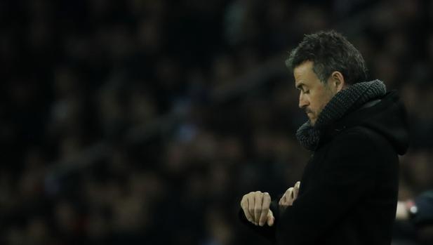 Luis Enrique, cabizbajo durante el partido entre el PSG y el Barcelona