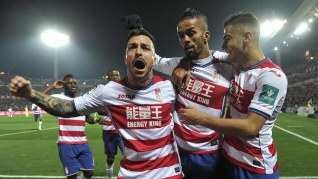 Jugadores del Granada celebran un gol ante el Betis