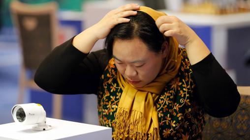 Una jugadora se ajusta el hiyab