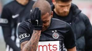 Un jugador del Partizan abandona el campo entre lágrimas tras recibir insultos racistas