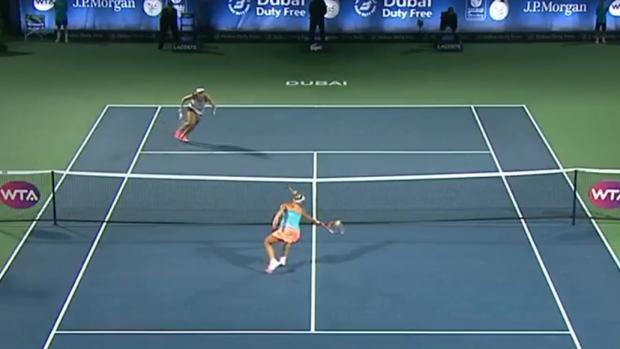 Kerber volea con la derecha durante su partido ante Konjuh
