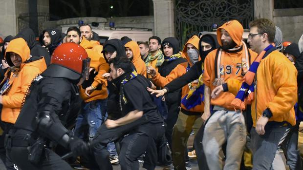Ultras del Apoel se enfrentan a la Ertzaintza en Bilbao