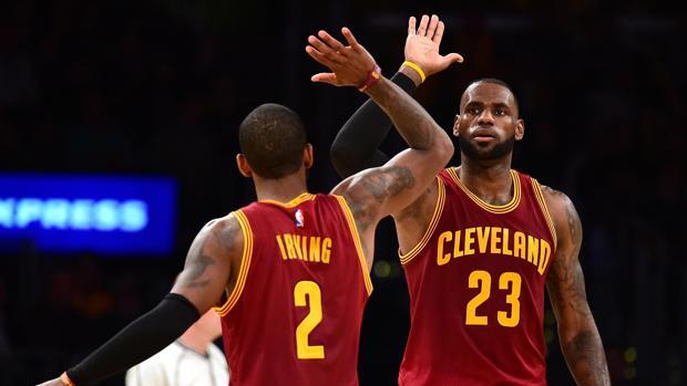 Kyrie Irving y LeBron James se saludan durante el Lakers-Cavaliers