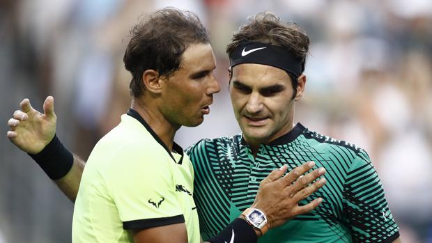 Nadal y Federer se saludan después del partido de Indian Wells entre ambos