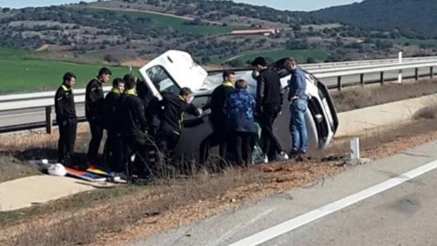Los jugadores del Fuensport turolense, en el lugar del accidente