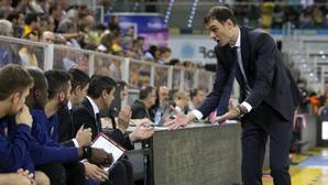Georgios Bartzokas se dirige a su banquillo durante un partido del Barcelona