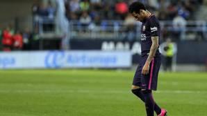 Neymar se retira cabizbajo tras su expulsión ante el Málaga en La Rosaleda