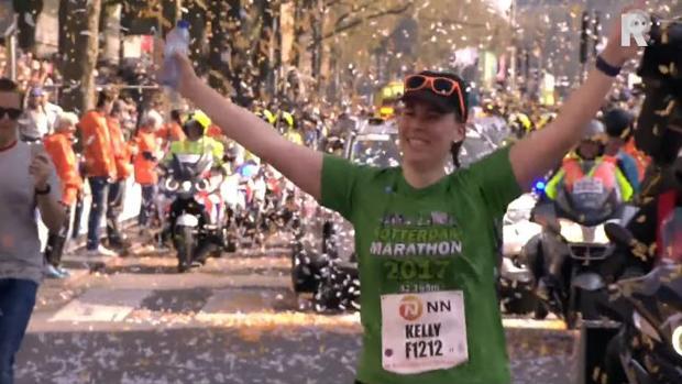 Épico recibimiento a la última clasificada del maratón de Rotterdam