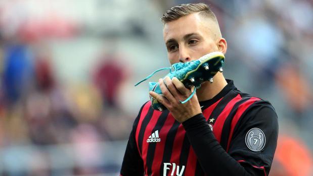 Gerard Deulofeu se besa la bota tras lograr un gol con el Milan
