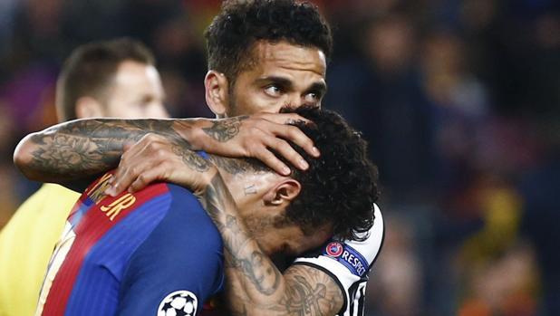 Neymar es consolado por Dani Alves tras la eliminación del Barcelona ante la Juventus