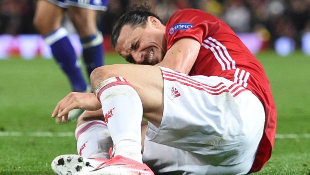 Zlatan Ibrahimovic, tras caer lesionado ante el Anderlecht
