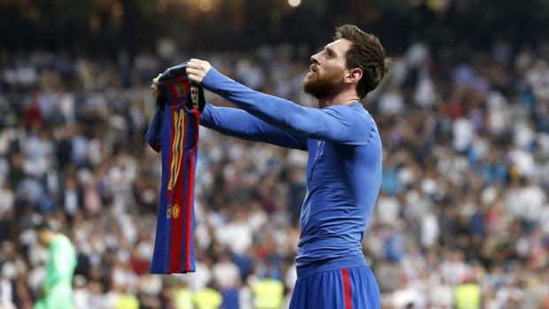 Messi muestra su camiseta al Bernabéu tras marcar el gol de la victoria nte el Real Madrid