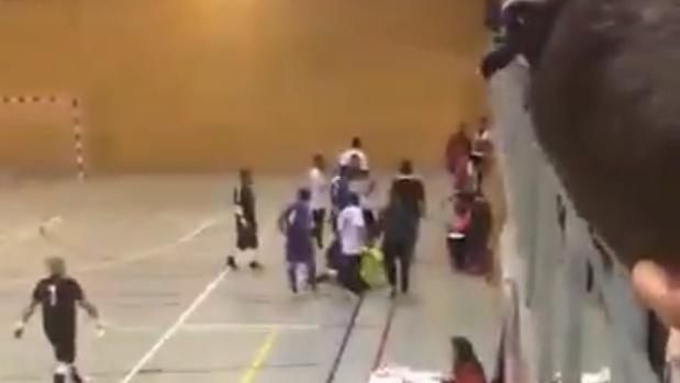 Los jugadores atienden al árbitro después de sufrir la agresión