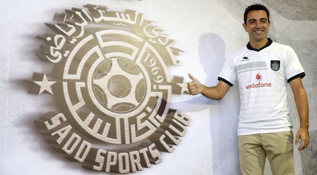 Xavi Hernández posa ante el escudo de su nuevo equipo, el Al-Sadd de Qatar
