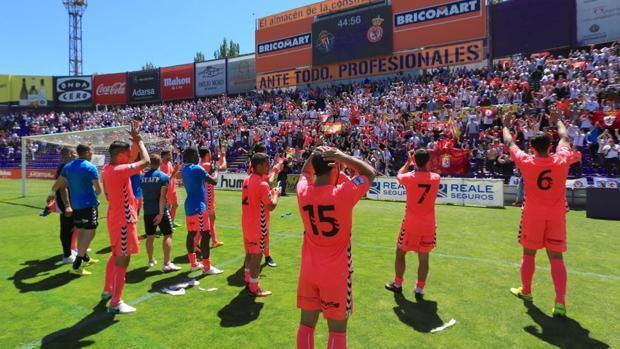 Los jugadores de la Cultural celebran con su afición el triunfo ante el Valladolid B