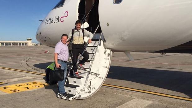 Fernando Alonso y zak Brown, en el avión rumbo a Indiana