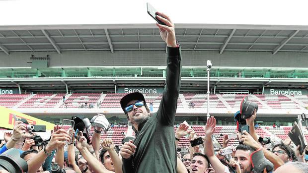 Fernando Alonso se hace una fotografía con aficionados en Montmeló