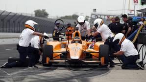 El piloto asturiano Fernando Alonso junto a su equipo en los boxes del óvalo de Indianápolis