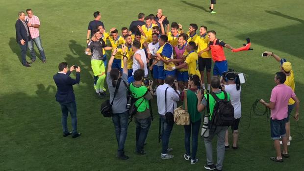 Los jugadores de Las Palmas Atlético celebran el ascenso tras el partido ante el Peña Sport