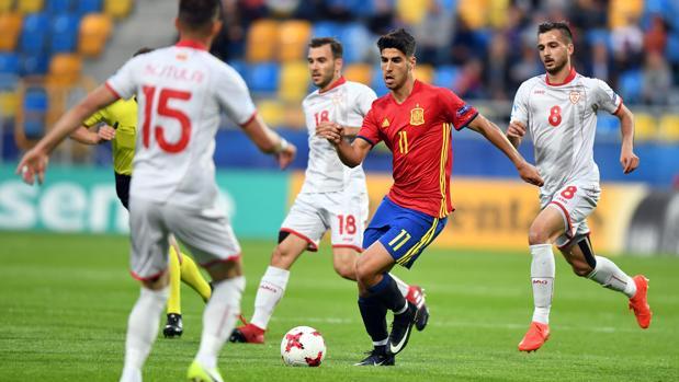 Fútbol Asensio intenta superar a varios rivales en el estreno de España en  la Eurocopa sub 21 3752bafe48045