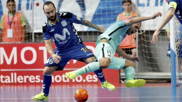 Ricardinho roba el balón al azulgrana Ferrao