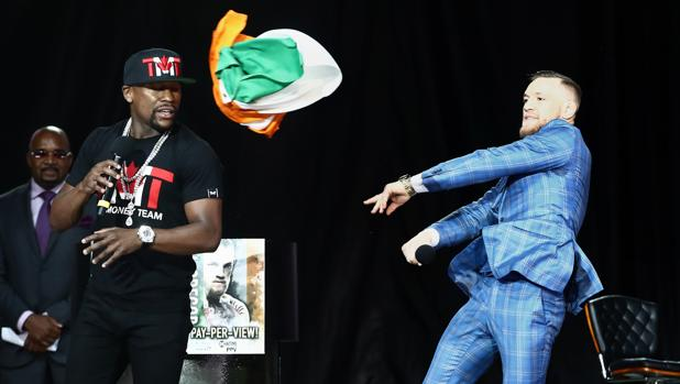 McGregor arroja una bandera de Irlanda a Mayweather