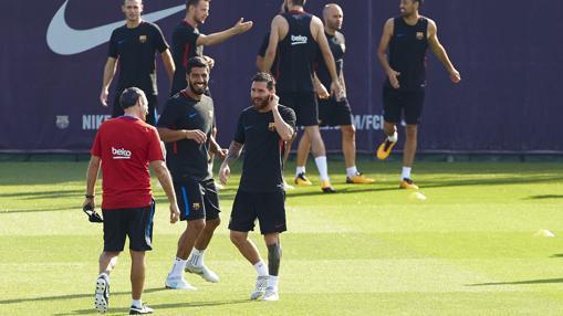 Valverde bromea con Messi y Suárez durante el entrenamiento
