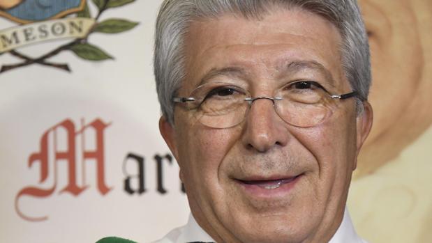 Enrique Cerezo realiza declaraciones a la prensa antes de una cena de los jugadores rojiblancos en Segovia