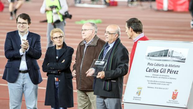 Sánchez Paraíso, en el centro, junto al alcalde de Salamanca y varios exatletas