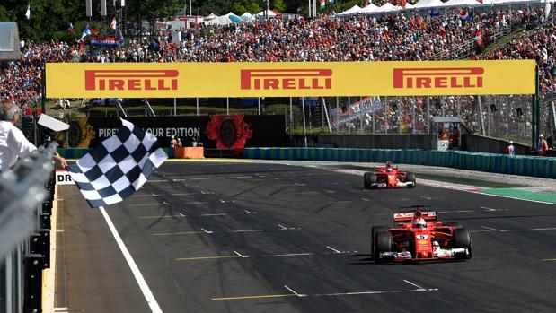 Sebastian Vettel cruza la meta como vencedor del GP de Hungría