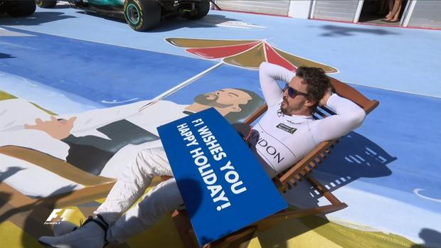Fernando Alonso, tumbado en el pit lane de Hungaroring