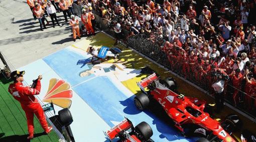 Vettel, en el podio, y Alonso, en la tumbona